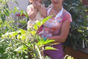 Viktoria und Mama im Garten
