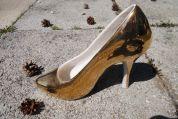 Der goldene Schuh auf der Straße