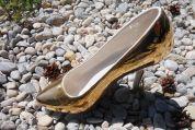 Goldener Schuh aus Keramik
