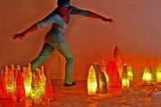 Daniela tanzt zwischen Schuppen - Lampen