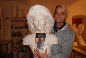Prinzessin, Manfred Bilinsky mit Buch im Zeichen der Liebe