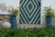 als bepflanzbare Zierobjekte neben der Tür